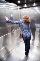 Foto de una mujer en un ascensor