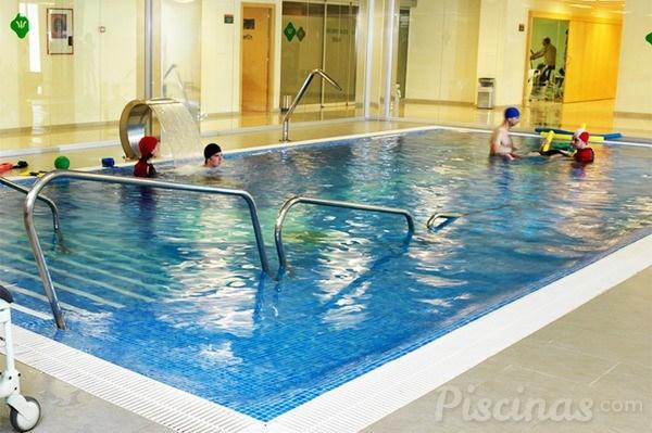 Y la piscina de la comunidad debe ser la piscina for Escaleras de piscinas para personas mayores