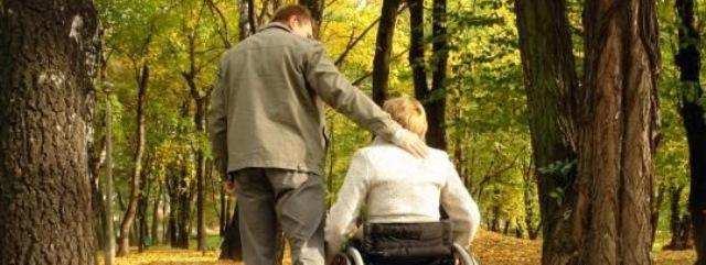 Dos personas pasean por un parque
