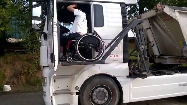 Camionero conduce desde su silla de ruedas.