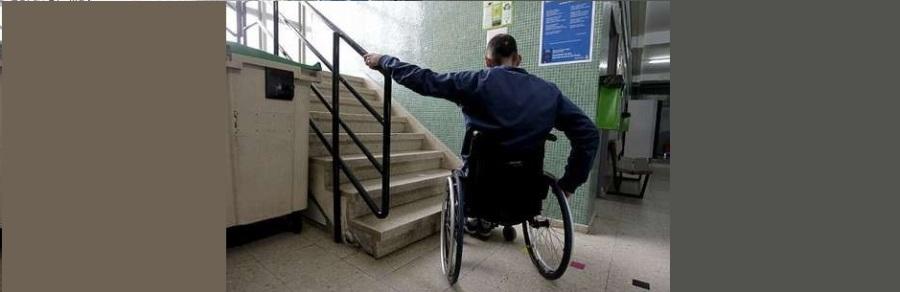 Persona en silla ante una escalera