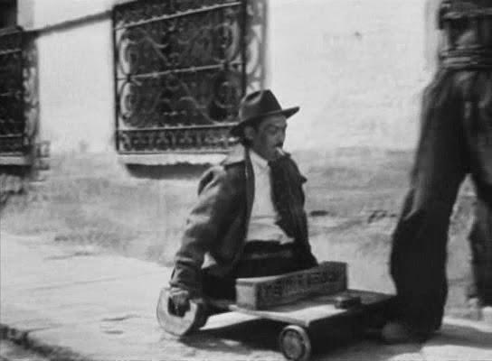 Un tullido se desplaza sobre un tablero con ruedas.